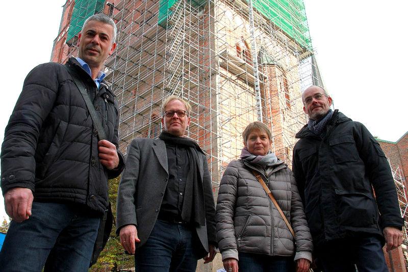 Die Verantwortlichen der Sanierung von St. Marien stehen nebeneinander vor der Marienkirche.