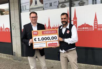Bürgermeister Jan Lindenau konnte eine Spende über 1.000 EUR von Benjamin Bachmann, dem Leiter des Rewe-Marktes in der Mühlenstraße entgegennehmen - Copyright: Ev.-Luth. Kirchenkreis Lübeck-Lauenburg