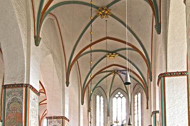 Blick durch das gesamte Hauptschiff auf den Altar - Copyright: Manfred Maronde