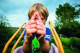 Jonas Malzahn macht das Sieben-Türme-Symbol mit seinen beiden Zeigefingern. Die Finger zeigen eine Turmspitze. - Copyright: Olaf Malzahn