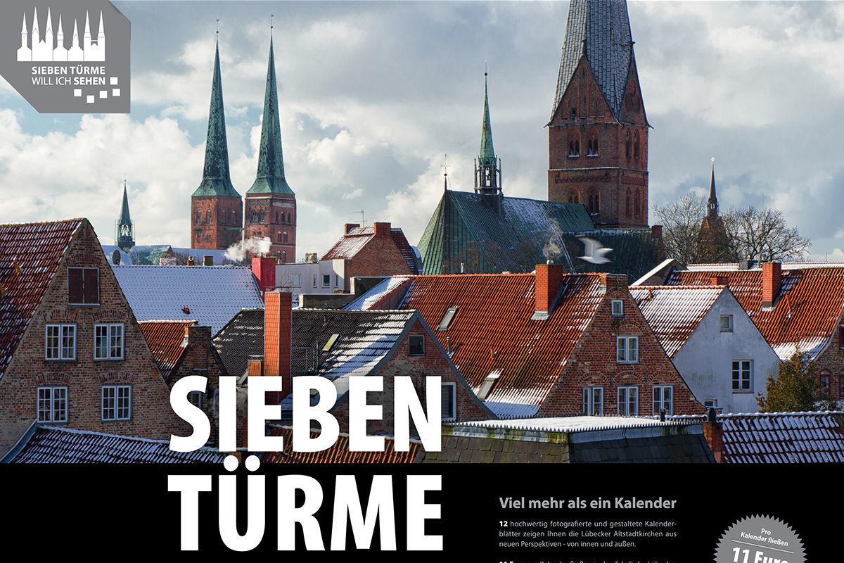 Titelblatt des Sieben-Türme-Kalenders 2022 - Im Vordergrund die leicht schneebedeckten Dächer Lübecks, im Hintergrund der Dom und St. Aegidien - Copyright: Dr. Karen Meyer-Rebentisch