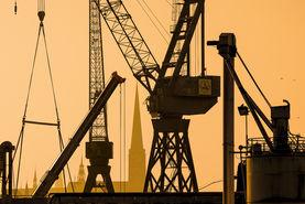 Morgenlicht am Burgtorhafen mit Jakobikirche im Hintergrund - Im Vordergrund sind Krähne der Mediadocks zu sehen - Copyright: Dr. Karen Meyer-Rebentisch