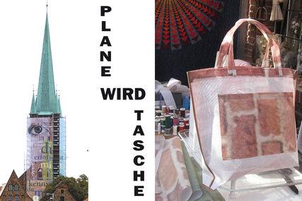 Auf der linken Hälfte des Bildes ist der Turm von St. Petri mit der Bauplane zu sehen, auf welcher u.a. ein großes Auge abgebildet ist. Auf der rechten Hälfte sieht man eine selbstgemachte Einkaufstasche auf welcher Ziegelsteine zu sehen sind. - Copyright: Ev.-Luth. Kirchenkreis Lübeck-Lauenburg