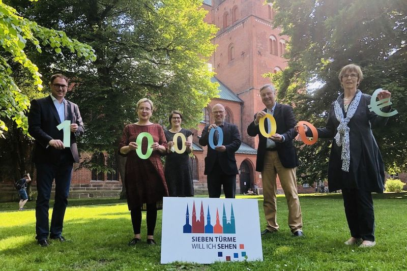 Jan Lindenau, Petra Kallies, Margrit Wegner, Martin Klatt, Wolfgang Pötschke und Cornelia Schäfer mit symbolisieren die 100.000 Euro-Zuwendung mit Zahlen aus buntem Papier.