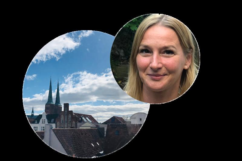 links ein großer Kreis mit den Dächern von Lübeck, im Hintergrund der Dom zu Lübeck. Schräg rechts überlappt ein kleinerer Kreis mit frm Gesicht von Steffi Niemann