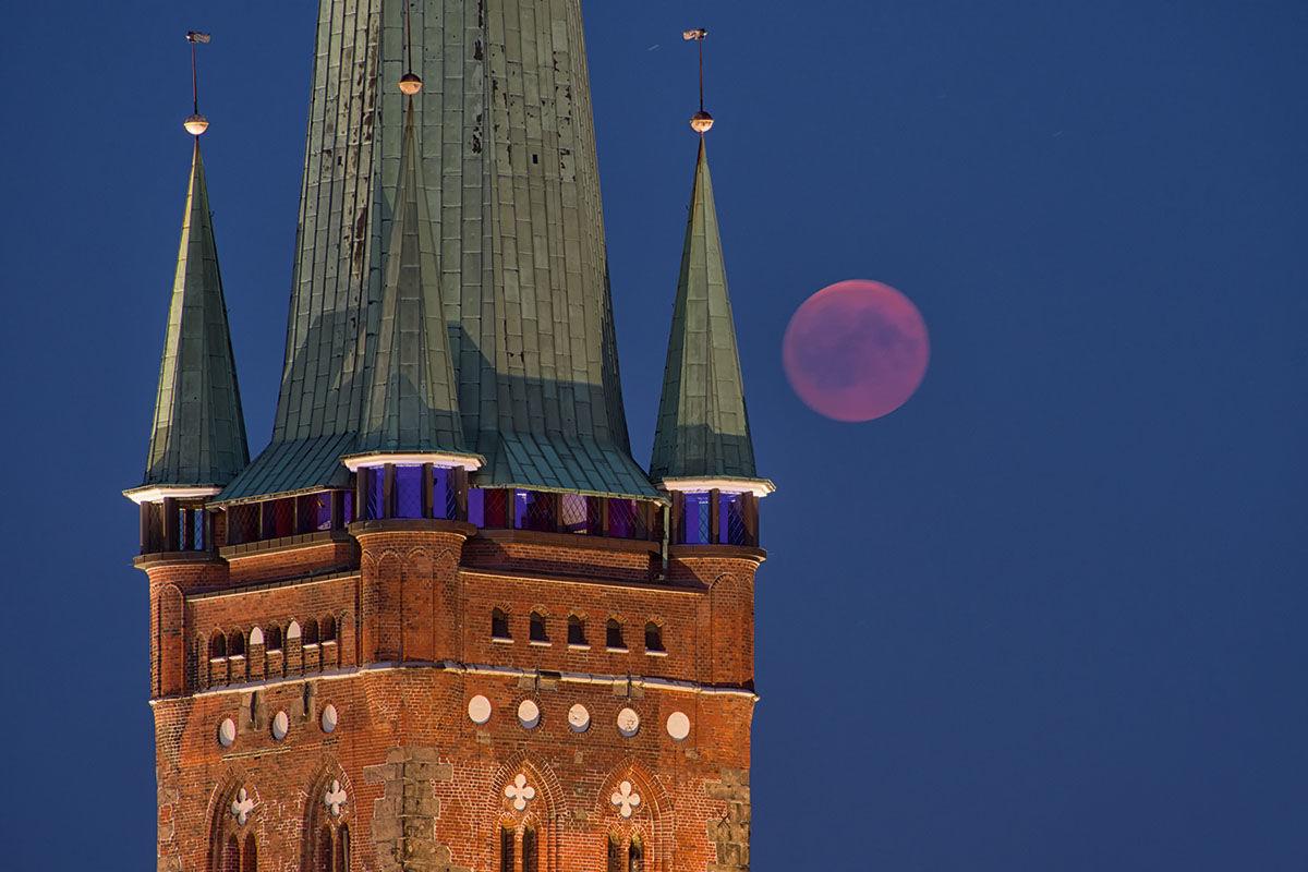 Abendstimmung: Der Mond scheint rechts neben dem St.-Petri-Aussichtsturm. - Copyright: Dr. Karen Meyer-Rebentisch