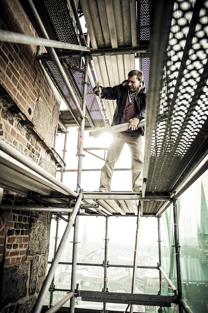Handwerker der Kirchenbauhütte bei der Arbeit auf dem Gerüst - Copyright: Thorsten Wulff
